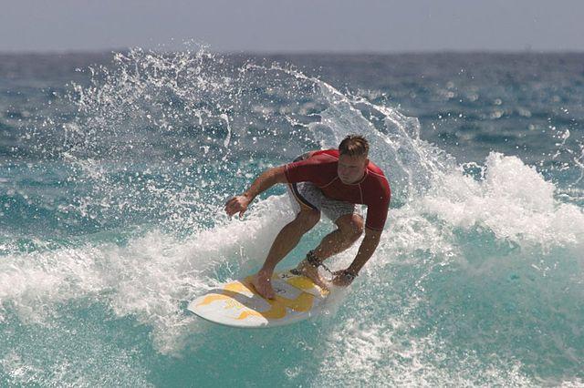 Mężczyzna surfuje